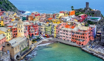 Picturesque Vernazza town on Mediterranean sea coast, Cinque Terre, Italy Stock Photo