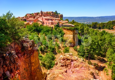 Roussillon Old Town and the ochre Red Cliffs, Provence, France Stock Photo