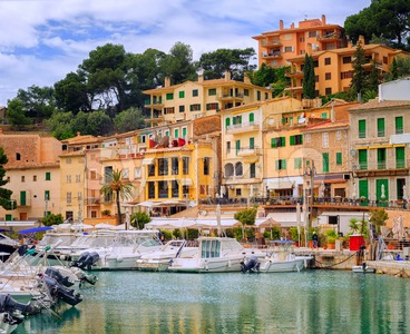 Motor boats and traditional houses in Puerto Soller, Mallorca, Spain Stock Photo