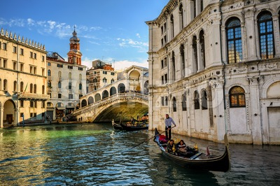 Rialto bridge on the Grand Canal, Venice, Italy Stock Photo