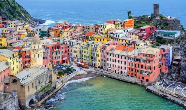 Picturesque Vernazza town on Mediterranean sea coast, Cinque Terre, Italy Stock Photo