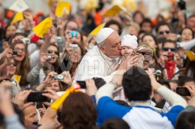 Pope Francis I kisses a child, Vatican City, Rome, Italy Stock Photo