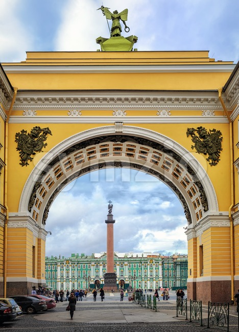 Winter Palace and Alexander Column through the Arch of General Staff building, St Petersburg, Russia Stock Photo